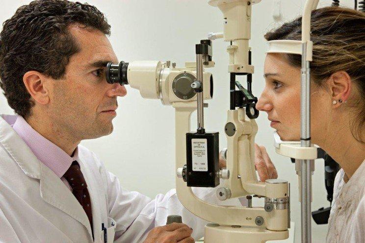الدكتور جوردي كاتيي مدير قسم القرنية في المعهد الكاتالاني لشبكية العين