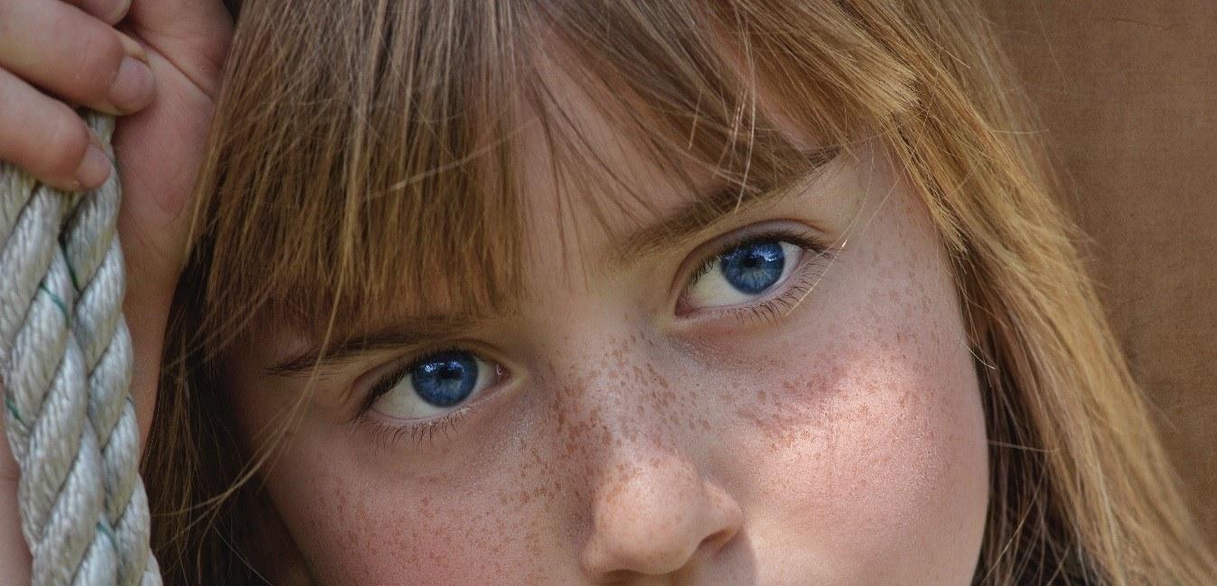 Les yeux bleus, en réalité ne le sont pas