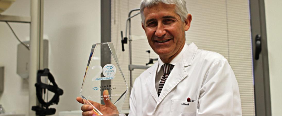 Доктор Дук получает признание как пионер в Испании в имплантации линз ICL