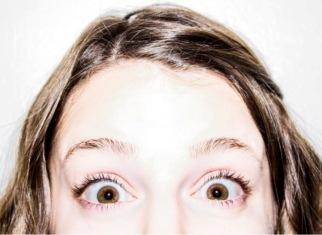 ojos de color marrón