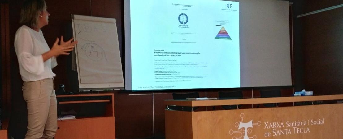 La Dra. Ibáñez compara la dacriocistorrinostomía externa con la endonasal en un curso de oculoplástica para oftalmólogos