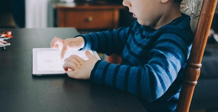 L'ús de pantalles en menors de 5 anys pot ser perjudicial per al seu desenvolupament