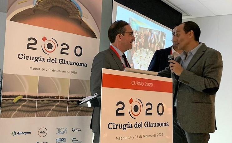 Le Dr. Antón et le Dr. Navero parlent sur les techniques chirurgicales lors du 3e cours de chirurgie du glaucome