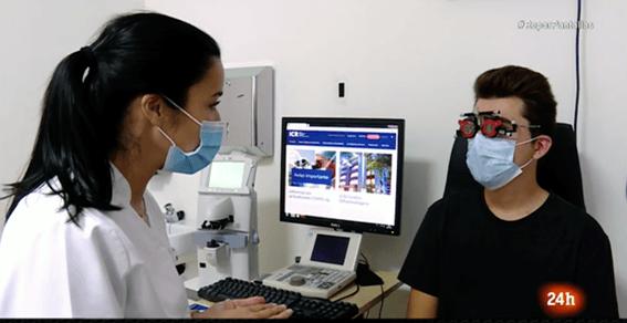 Exploración oftalmológica en ICR de un paciente afectado por dolor de cabeza y problemas visuales derivados del uso de pantallas.