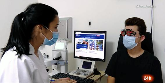 Exploració oftalmològica en ICR d'un pacient afectat per mal de cap i problemes visuals derivats de l'ús de pantalles.