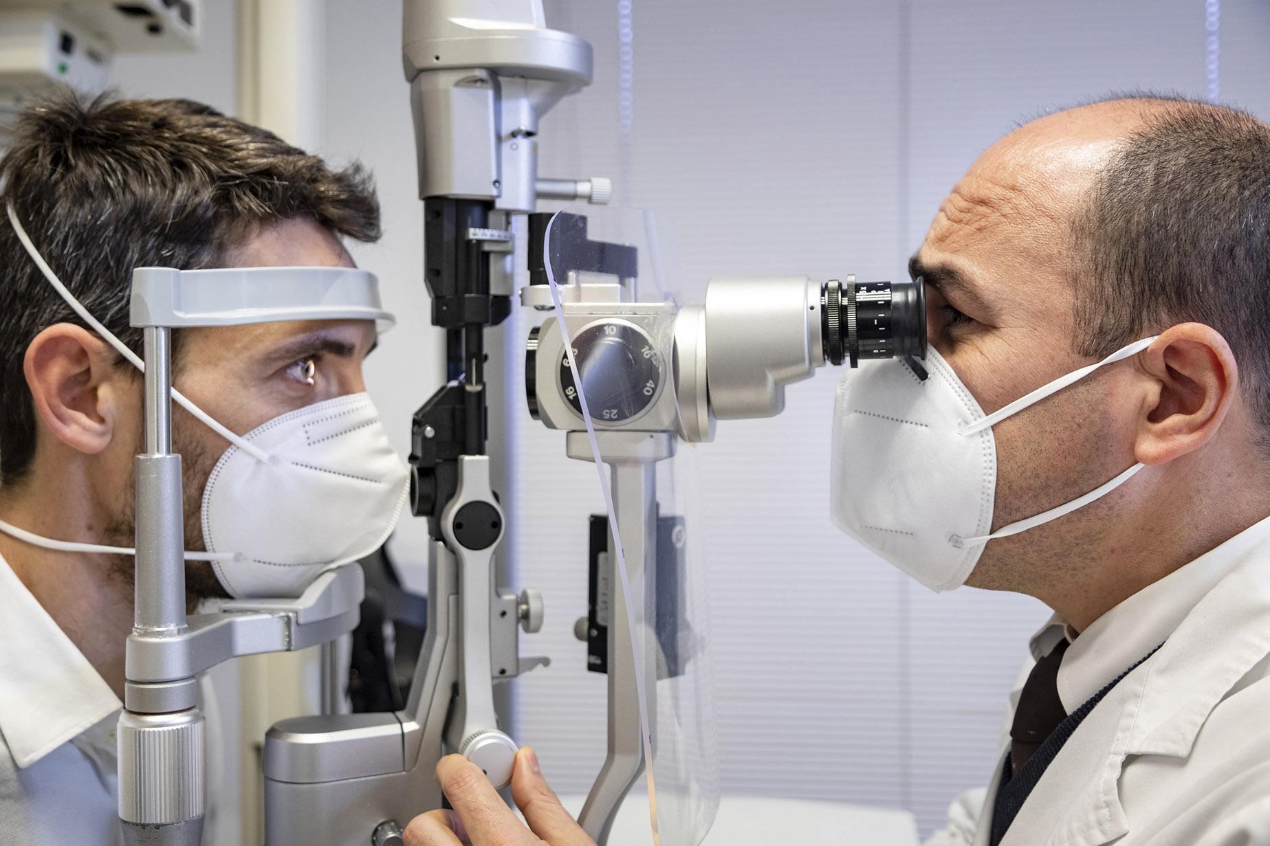 El doctor Marcos Muñoz, responsable del departamento de Urgencias y miembro del departamento de Glaucoma de ICR, realiza un examen oftalmológico para detectar glaucoma.