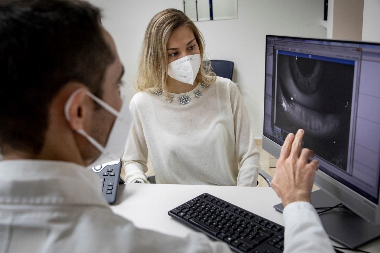Meibografía, Oftalmólogo y paciente observando el resultado en una consulta del Institut Català de Retina