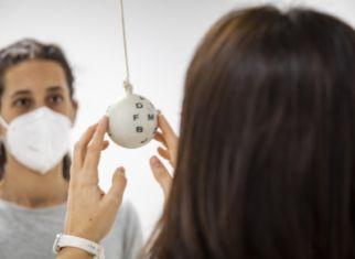 Sesión de terapia visual con una paciente. Foto: J. Casanova / ICR